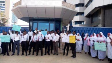 Photo of وقفة احتجاجية للعاملين بمصرف الإدخار