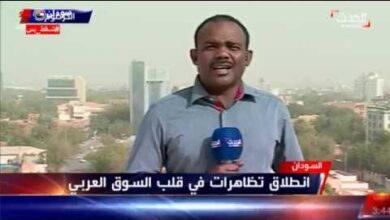 """Photo of شاهد بالفيديو.. وقوع مراسل العربية بالخرطوم في """"كماشة مرعبة"""" أثناء تغطيته تظاهرات أكتوبر"""