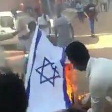 "Photo of شاهد بالفيديو.. متظاهرون بالخرطوم يحرقون العلم الإسرائيلي تنديداً بـ ""التطبيع"""