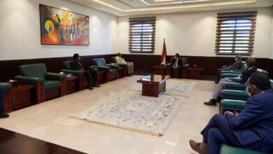 Photo of حمدوك يُوجّه بمعالجة تشوُّهات الهيكل الراتبي للعاملين بقطاع التعليم العام