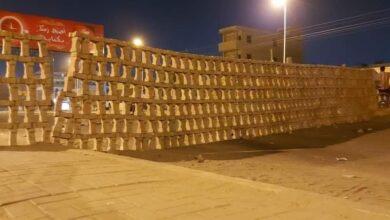 "Photo of بالصور: متظاهرون في الخرطوم احتجاجا على التردي المعيشي يلفتون الانظار بمتاريس ""فنية"""