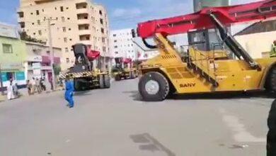 Photo of شاهد بالفيديو.. لحظة وصول 10 آليات مناولة حديثة للعمل بميناء بورتسودان