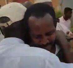 Photo of شاهد بالفيديو.. فرحة غامرة لحظة وصول الجندي السوداني الأسير إلى عائلته